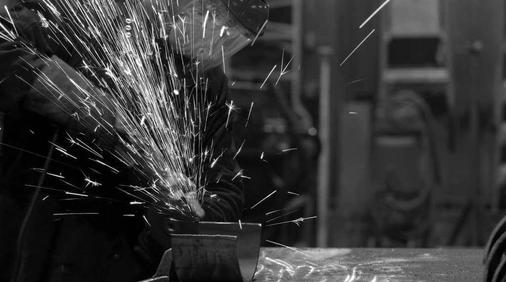 laurin-conteneurs-soudeur-en-atelier-de-fabrication